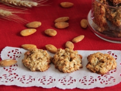 Almond cookies with lemon peel